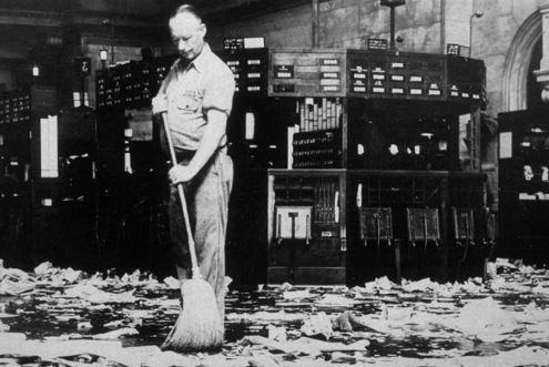 Indizi che qualcosa sta per andare storto. Perché strane vendite azionarie? – di Mauro Bottarelli